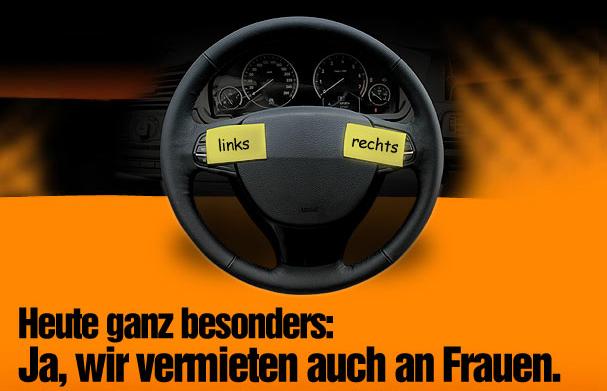 Das Bild ist eine Werbeanzeige des Autoverleihers Sixt. Es zeigt das Lenkrad eines Autos. Auf das Lenkrad wurden zwei Zettel geklebt, mit dem Hinweis, wo links und rechts ist. Der Text dazu lautet: Ja, wir vermieten auch an Frauen.
